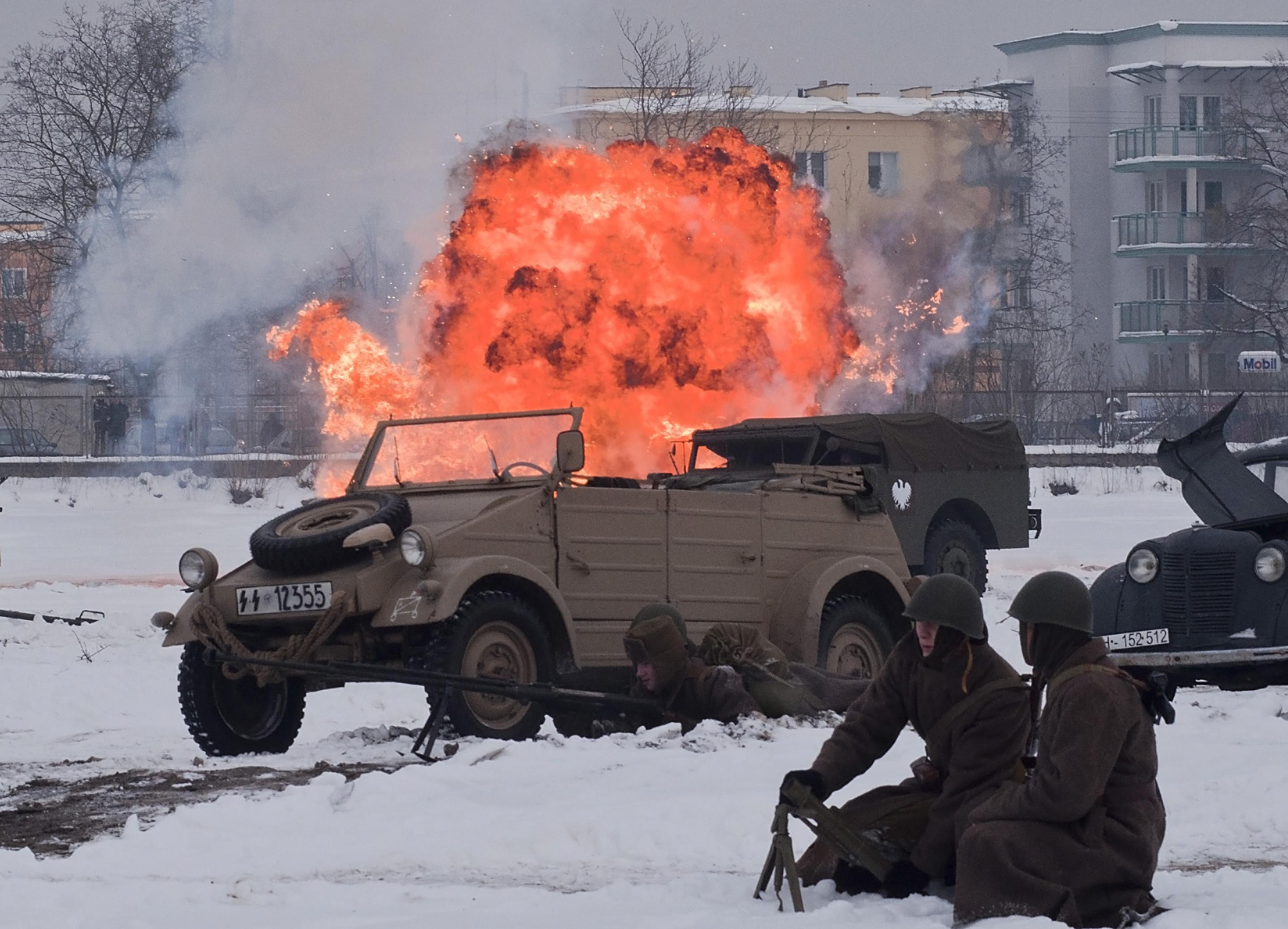 Inscenizacja wojenna na terenie fabryki MAKRUM – zdjęcia